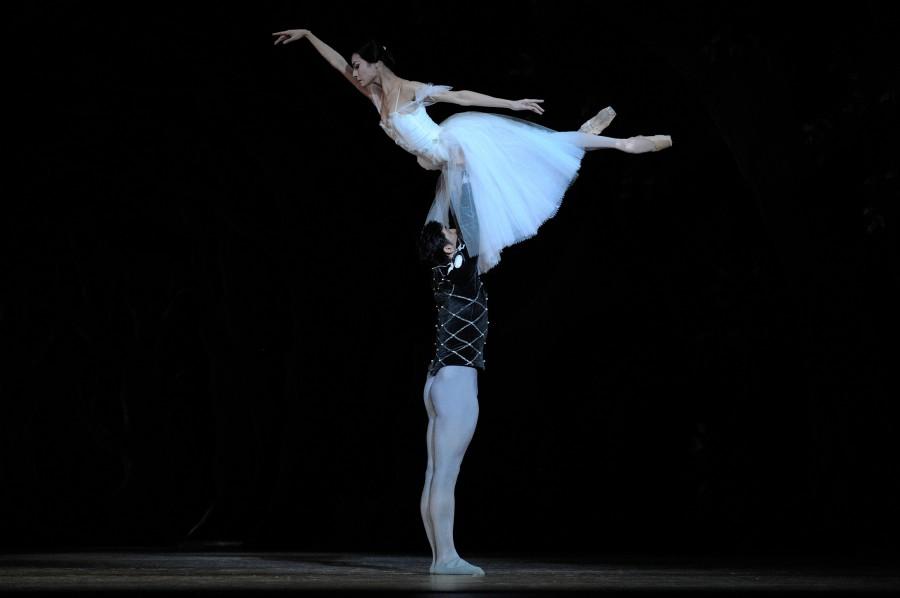 Yuan Yuan Tan and Davit Karapetyan in Act II of GISELLE (Photo: Erik Tomasson)