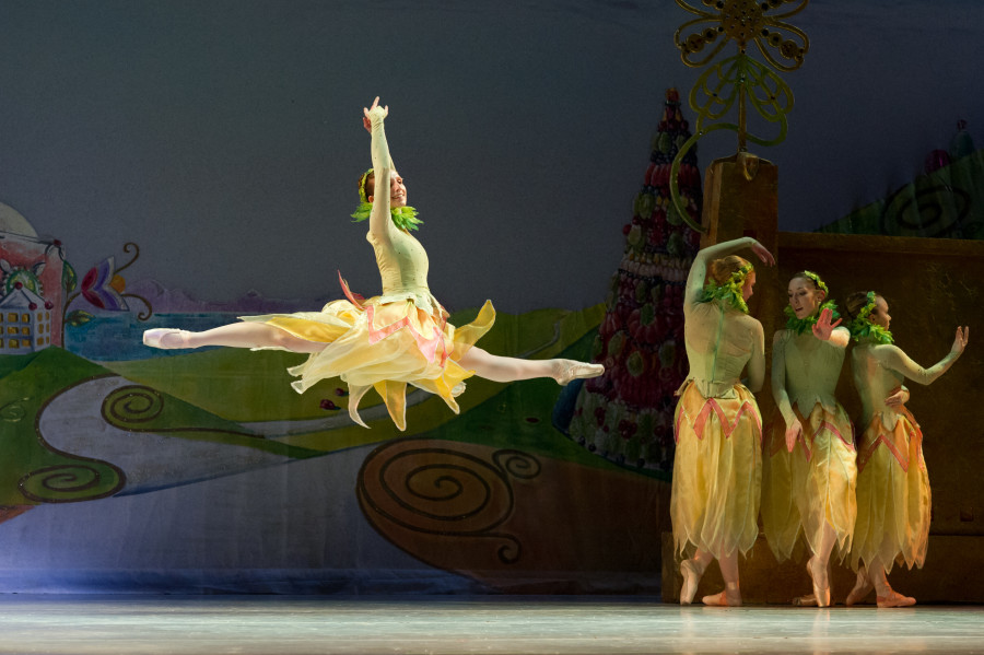 Oakland Ballet in Waltz of the Flowers in Graham Lustig's Nutcracker (Photo: David DeSilva)