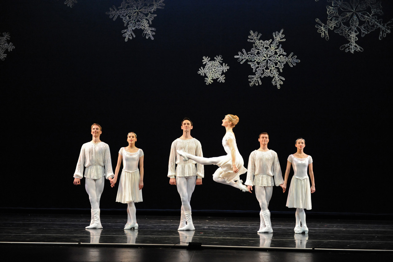 Smuin Ballet makes artful snow fall on San Francisco in THE CHRISTMAS BALLET (Photo: Scot Goodman)